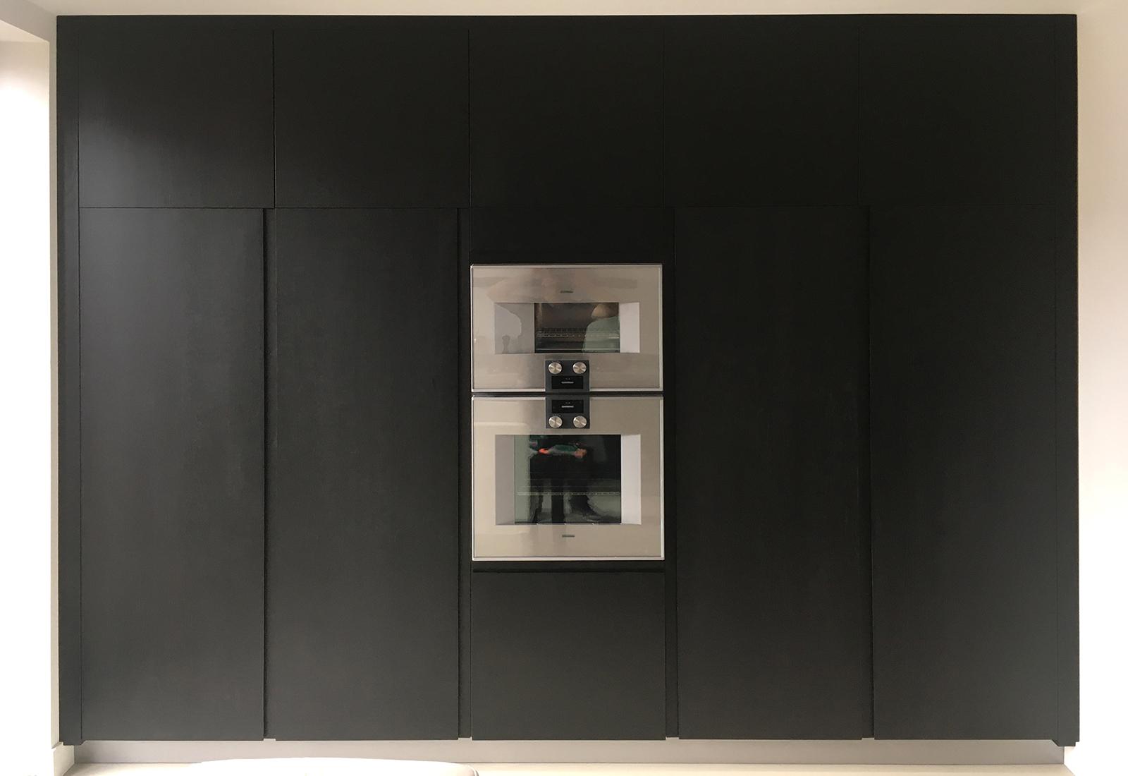 Greeploze keuken van zwart gebeitst eiken