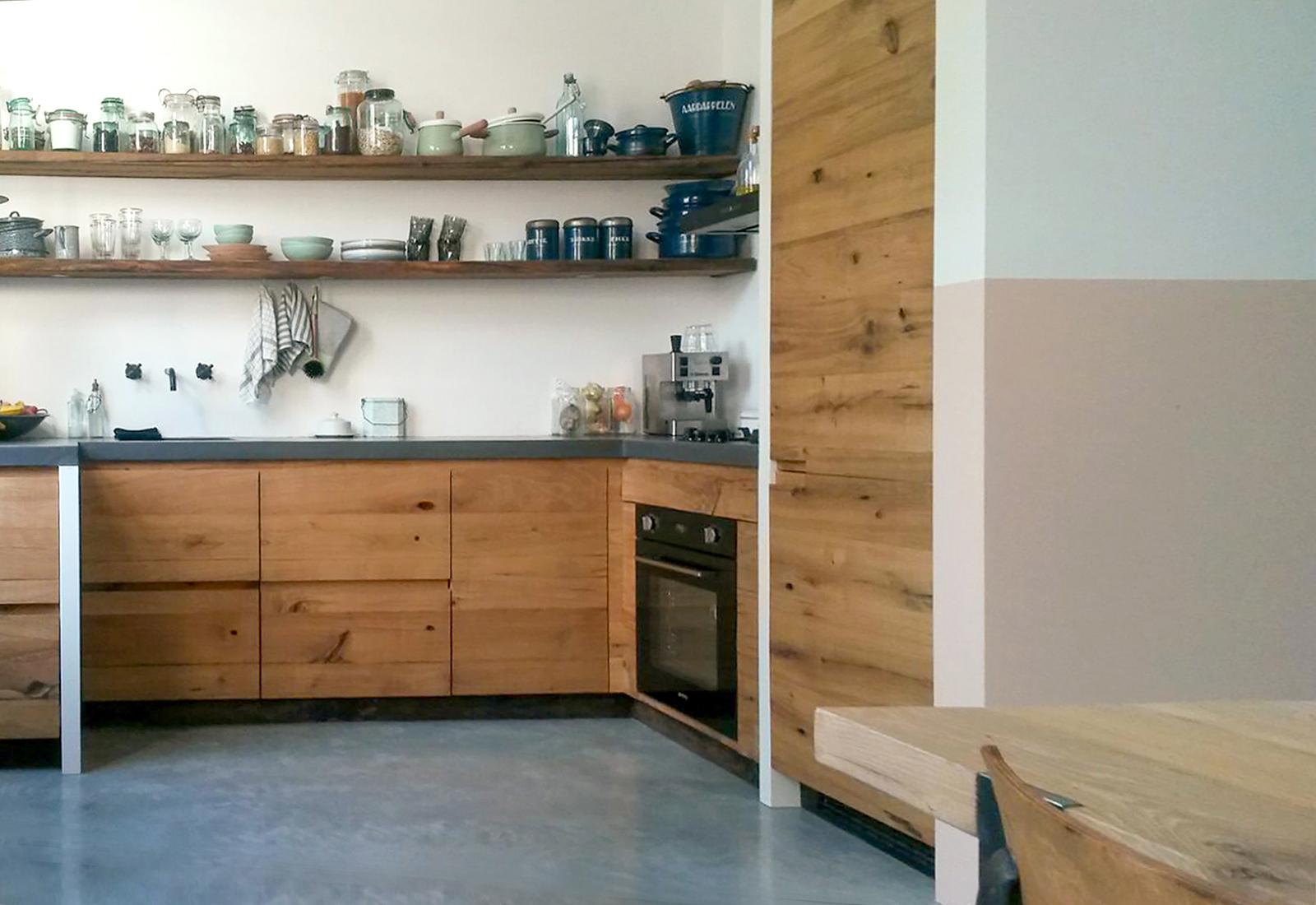 Keuken van oude eiken wagondelen