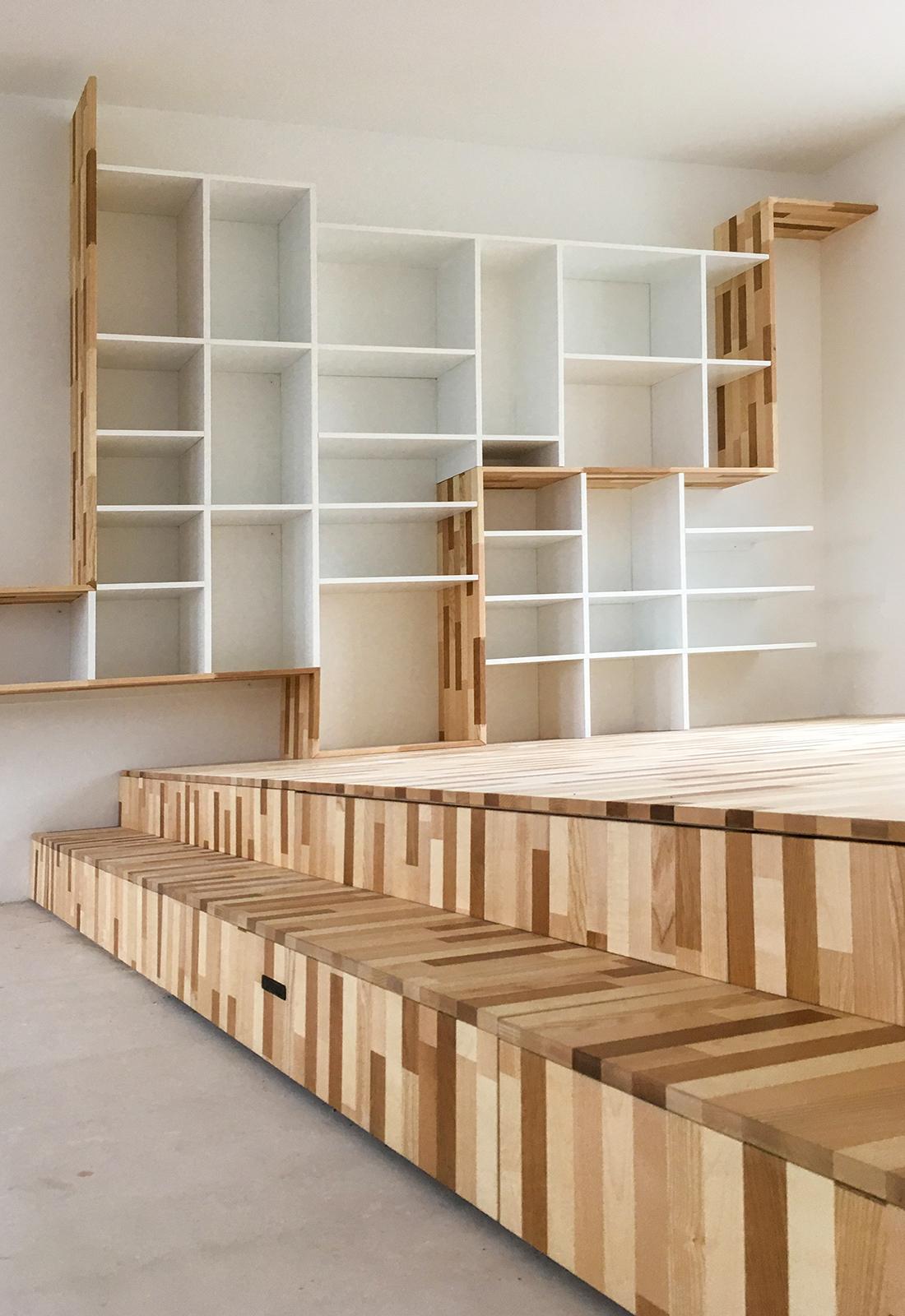 Podium met opbergruimte en boekenkast