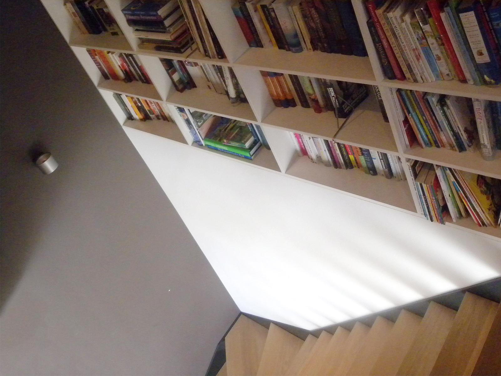 Boekenkast boven trap